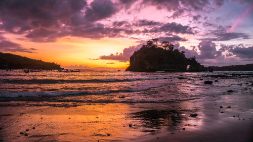 Sunset at Crystal Bay in Nusa Penida, Bali, Indonesia